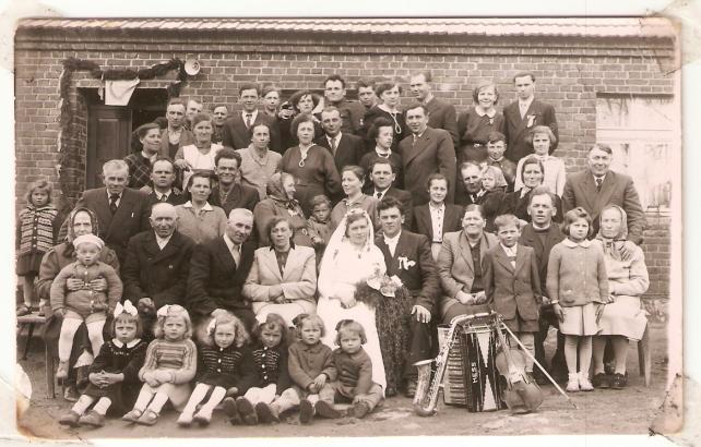 ślub brata mojego dziadka, nad parą młodą moi dziadkowie z małym tatą