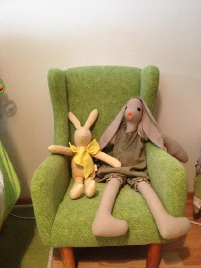 fotelik w pokoju Tosi z ulubionymi królikami- jeden z recyklingu od Mukaki friends , drugi z Petit Chien