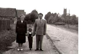 Moi dziadkowie z małym tatą_ rok 1958 _spacer w Koźmińcu
