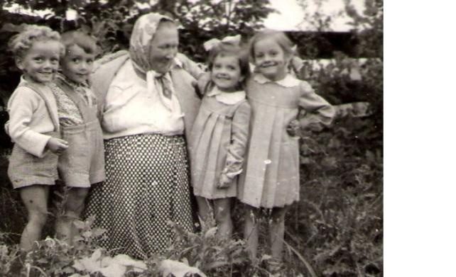 Moja prababcia z wnukami (pierwszy z lewej mój tata)