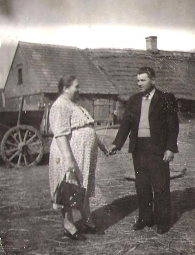 Rok 1952. Pradziadkowie w Kożmińcu. W głębi          zabudowania gospodarstwa.