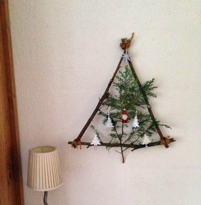 twocraziesoneblog-december-2014-hang-the-green-in-middle-and-add-some-small-christmas-decorations-thats-that-enjoy-your-home-made-wall-decoration_christmas-decorations-on-a-wall_apartmen